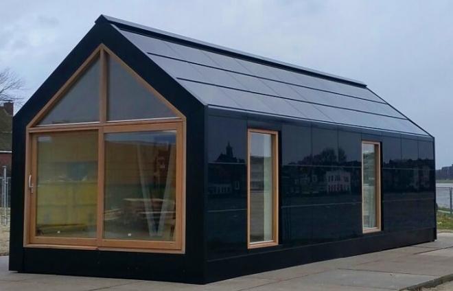 Een nieuwe norm voor duurzaam bouwen met het dak en alle wanden van zonnepanelen